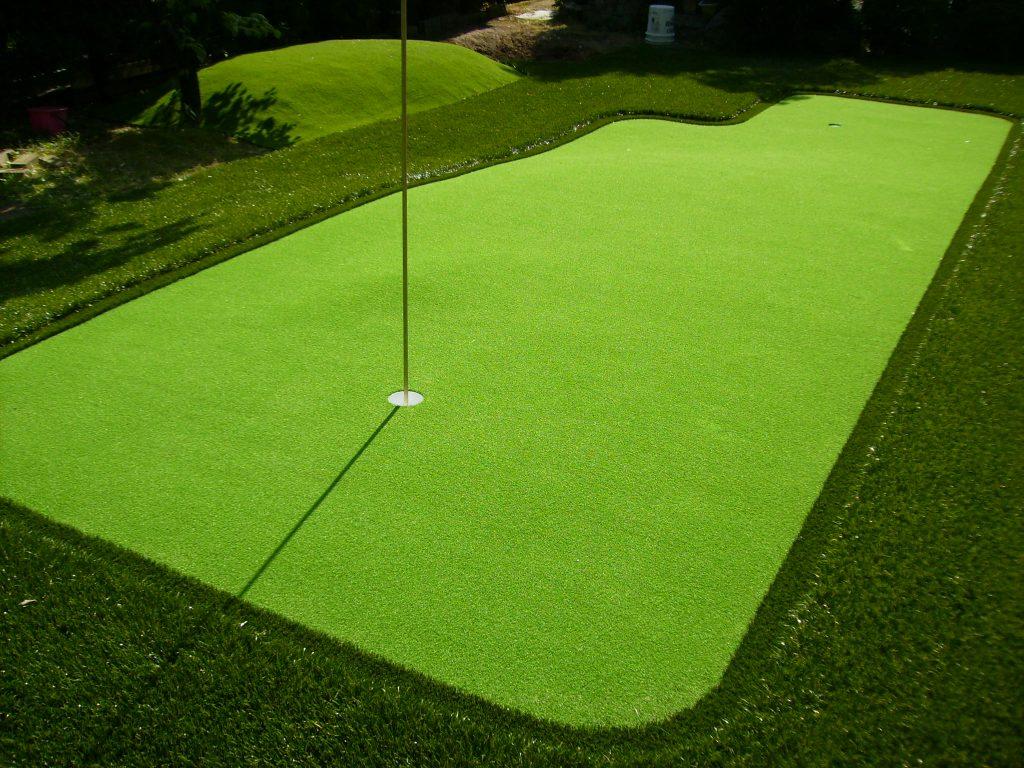 人工芝を庭に設置するとパター練習もできます